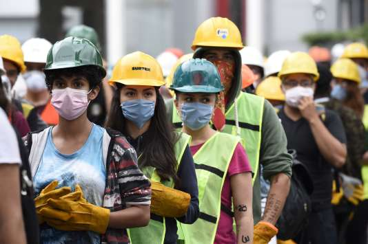 Des volontaires participent aux secours et aux recherches, deux jours après le tremblement de terre, à Mexico, le 21 septembre.