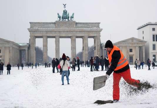 «Peu de réformes d'ampleur ont concerné le marché du travail ces dernières années, hormis celle, notable, qui a introduit le salaire minimum en 2015» (Photo: un technicien de surface à Berlin, en 2016).