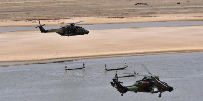 Des hélicoptères de l'opération « Barkhane» survolent le fleuve Niger dans la région de Gao, en mai 2017.