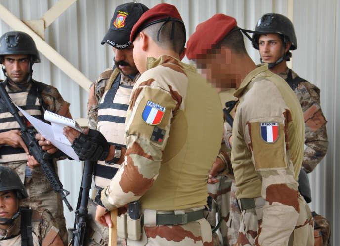 Des parachutistes français forment des membres du contre-terrorisme irakien, le 11 avril 2016, à Bagdad.