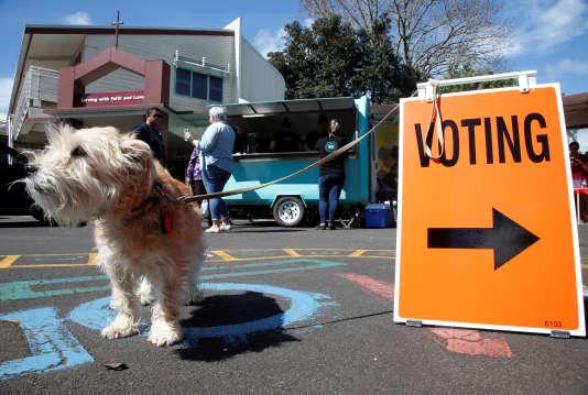 Devant un bureau de vote, à Auckland (Nouvelle-Zélande), le 23 septembre.