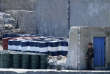Un militaire nord-coréen surveille des bidons de pétrole à proximité de la frontière chinoise.