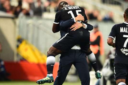 L'entraîneur bordelais Jocelyn Gourvennec distille ses consignes à son attaquant Alexandre Mendy.