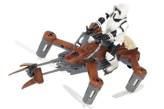 Le Speeder Bike et son pilote (amovible, pour gagner de l'autonomie).