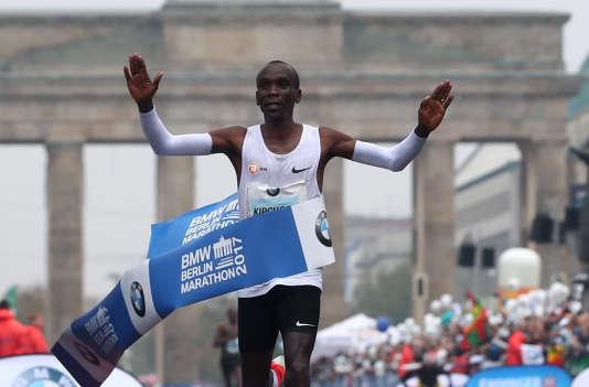 Le Kenyan Eliud Kipchoge a remporté le marathon de Berlin, mais échoué dans sa quête du record du monde.
