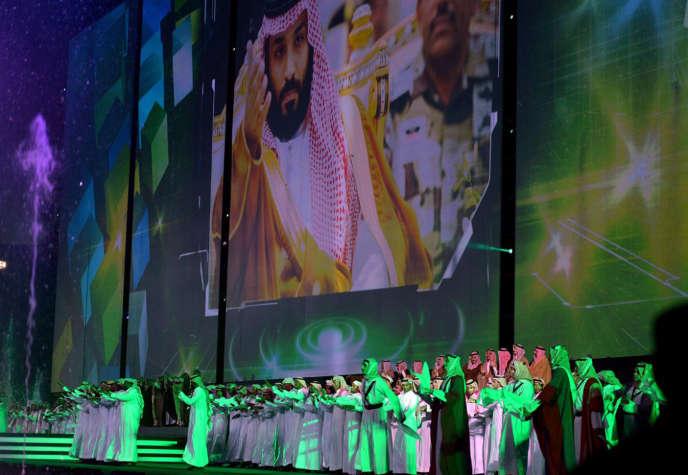 Célébrations lors de la Fête de l'indépendance de l'Arabie Saoudite, dans le stade King Fahd, à Riyad, le samedi 23 septembre. Sur l'écran géant, un portrait du prince héritier Mohammed Ben Salman).