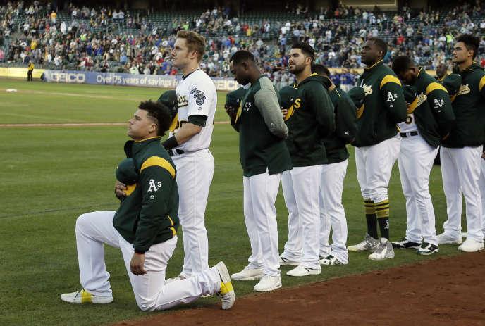Bruce Maxwell des Oakland Athletics s'agenouille en signe de protestation durant l'hymne américain, samedi23 septembre.