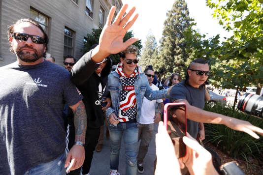 L'influent et sulfureux journaliste Milo Yiannopoulos, escorté après une conférence à l'Université de Californie, à Berkeley, le 24 septembre.