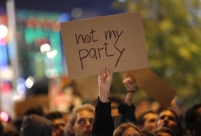 A Berlin, des manifestants protestent contre l'AfD après les élections législatives en Allemagne, le 24 septembre.