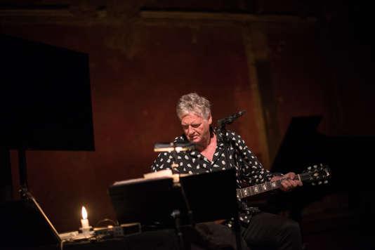 Rodolphe Burger pendant la Nuit du rêve et des idées du Monde Festival, le 23septembre, au Théâtre des Bouffes du Nord.