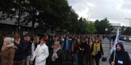 Selon les chiffres de l'UNEF, plus de 2 500 étudiants et personnels administratifs et enseignants de l'UFR de lettres et sciences humaines de l'université de Rouen ont manifesté lundi 18 septembre pour demander plus de moyens.