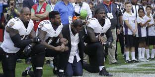 De nombreux joueurs se sont agenouillés pendant l'hymne national, en signe de protestation.