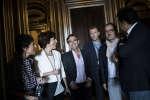 De gauche à droite : Elizabeth Martichoux, Ruth Elkrief, David Pujadas, Alexis Delcambre, Thomas Legrand et Patrick Cohen dans les coulisses avant la conférence «Présidentielle : on refait le match!» à l'Opéra Garnier, à Paris, le 24 septembre 2017.
