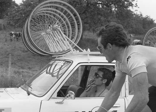 En 1979, Bernard Hinault portait le maillot jaune et Cyrille Guimard était encore fumeur, au volant de la voiture de l'équipe Renault-Gitane.