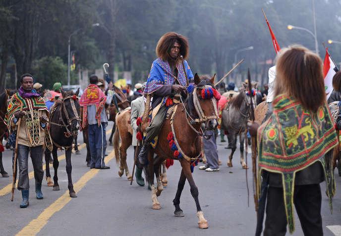 Un Ethiopien portant le costume traditionnel oromo près du palais du premier ministre, à Addis-Abeba le 31 août 2012.