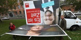 «L 'ancien président du Parlement européen n'a pas résolu la contradiction dans laquelle se trouvait le SPD : incarner une alternative alors qu'il venait de participer, pendant quatre ans, à la coalition de Mme Merkel» (Photo: démontage de panneaux électoraux du SPD et de la CDU, le 25 septembre, à Berlin).