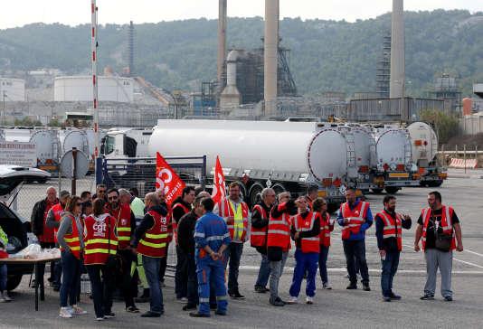 Des routiers manifestent contre la réforme du code du travail, bloquant une raffinerie Total près de Fos-sur-Mer, le 25 septembre.
