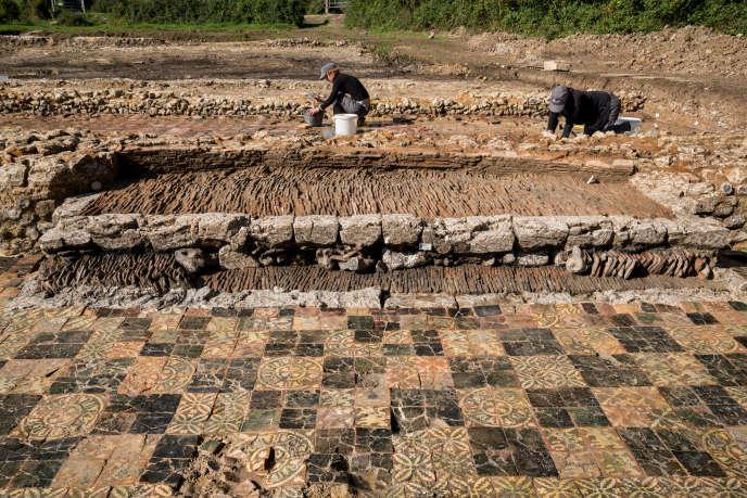 A Saint-Martin-d'Hardinghem (Pas-de-Calais), les fouilles d'une maison de campagne épiscopale ont révélé un somptueux carrelage et une imposante cheminée (au second plan) datant du XIVe siècle.
