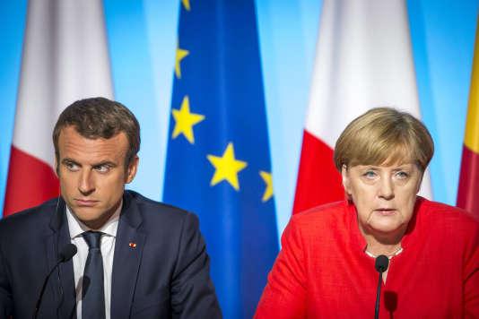 Emmanuel Macron, le président français, et Angela Merkel, la chancelière de la République fédérale d'Allemagne, participent à un sommet sur les migrants au palais de l'Elysée à Paris, lundi28 août 2017.