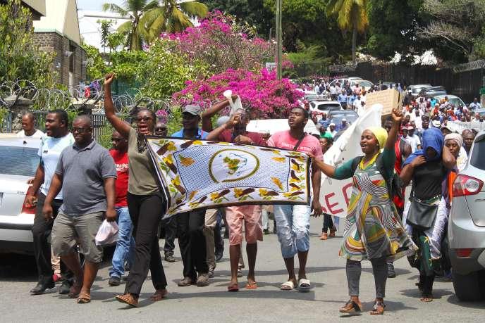 Des manifestants protestent à Mamoudzou, sur l'île de Mayotte, contre la décision du gouvernement français de délivrer des visas gratuitement aux ressortissants des Comores, le 25 septembre 2017.