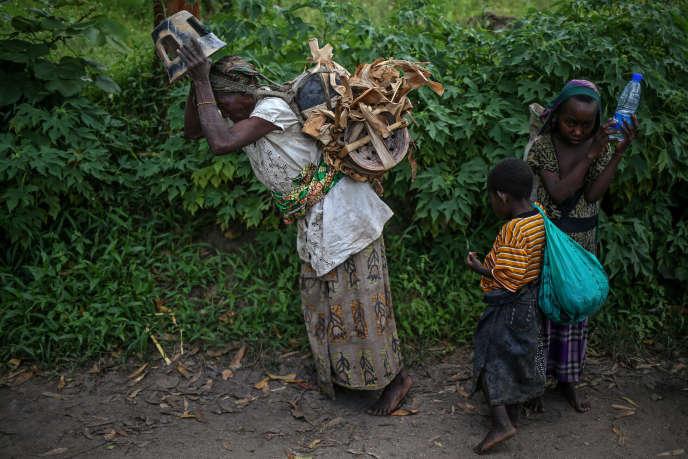 Habimana, 45 ans, se rend avec ses enfants au marché de l'île d'Idjiwi, sur le lac Kivu, (RDC) pour vendre ses poteries.