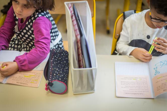 Des élèves de la classe de CP de Mme Danielle Ruetsch travaillent à l'école Furstenberger de Mulhouse dans laquelle l'effectif est limité à 12 élèves. Mulhouse, le 14 septembre 2017.