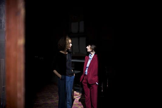 Leïla Slimani et Catherine Millet dans les coulisses avant la conférence «La littérature, une révolte au féminin?» à l'Opéra Garnier, à Paris, le 24 septembre.