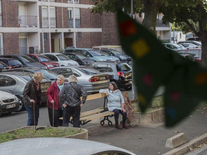 Les retraités se retrouvent en bas de la cité Maurice-Thorez sur un banc de la cité pour discuter.