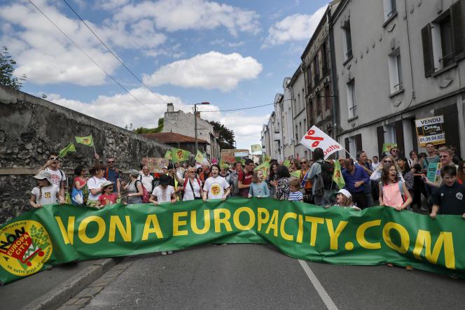 Des opposants au projet EuropaCity de Gonesse, en mai 2017.