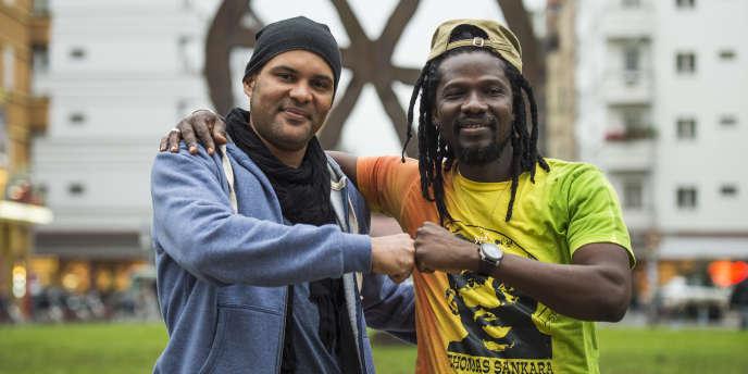 Le militant politique burkinabé Serge Bambara alias Smockey avec le musicien de reggae Sams'K Le Jah en octobre 2016 devant le théâtre Volksbühne de Berlin.