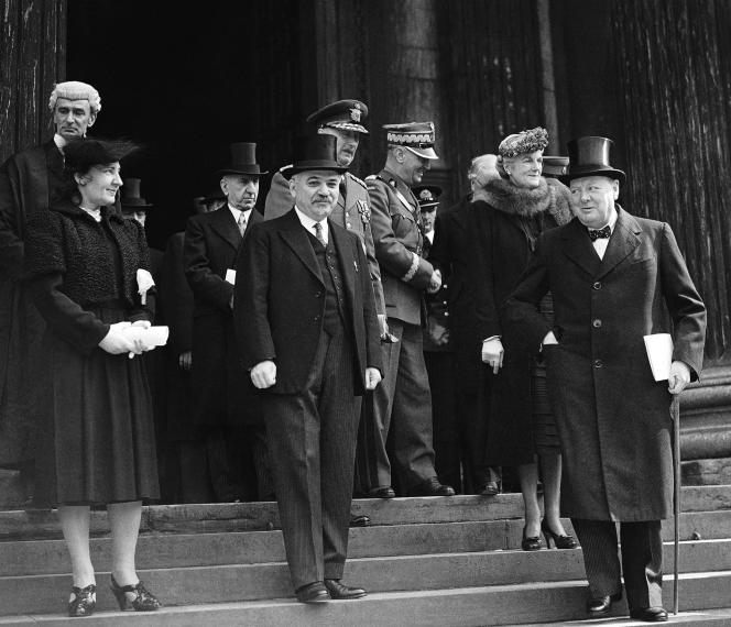 Ivan Maïski (au centre) avec Winston Churchill (à droite) sur les marches de Saint-Paul, à Londres, en septembre 1941.