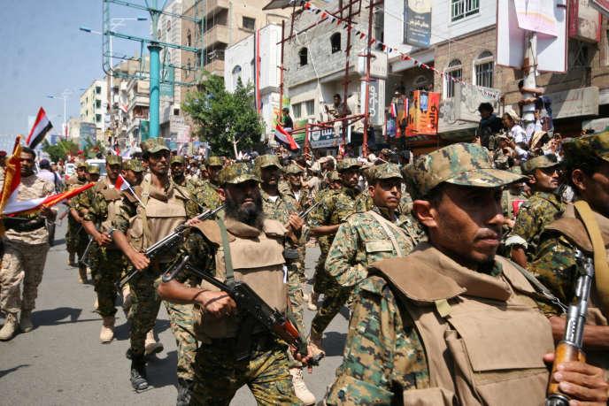 Défilé des troupes pro-gouvernementales pour le 55e anniversaire de la révolution de septembre 1962, à Taiz, dans le sud-ouest du Yémen, le 26 septembre 2017.