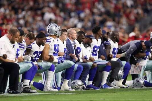 La grande majorité des Dallas Cowboys, y compris le staff de l'équipe, s'est agenouillé lundi soir, lors de l'hymne national avant le match face aux Arizona Cardinals.