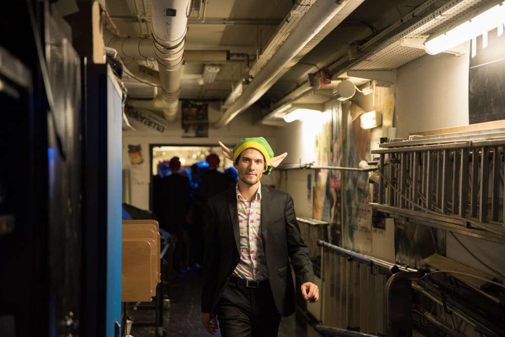 Dans les couloirs derrière la scène de l'Opéra Bastille, le chef d'orchestre de Pixelophonia avance d'un pas sûr pour commencer le spectacle.