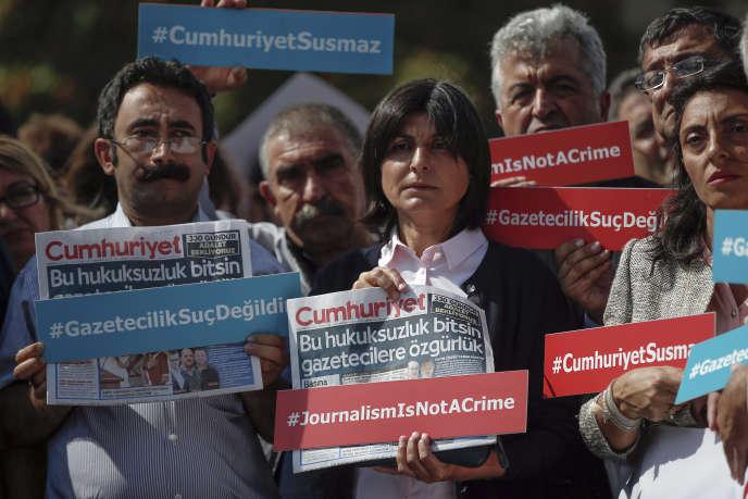 Des journalistes brandissent des pancartes en faveur de Cumhuriyet, quelques heures avant la libération de son éditorialisteKadri Gursel, le 25 septembre à Istanbul.