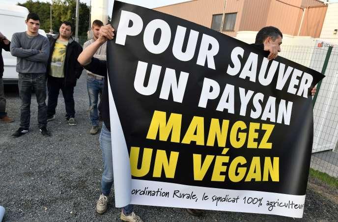 Des éleveurs protestent contre les Nuits debout devant les abattoirs organisées par l'association 269Life libération animale, le 26 septembre, à Bazas (Gironde).