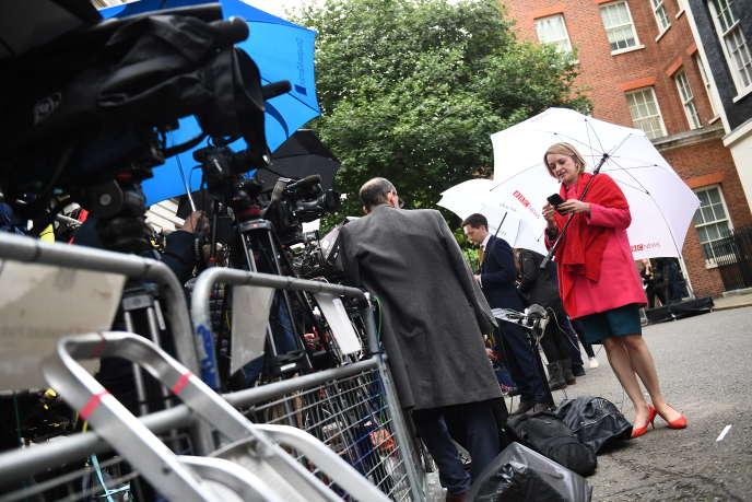 Laura Kuenssberg, chef du service politique de la BBC, devant de 10 Downing Street, à Londres, le 9 juin.
