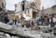 «Membre permanent du Conseil de sécurité, la France a pour première responsabilité de se mobiliser pour la paix et la sécurité internationale et non d'alimenter en armes des belligérants qui, au mépris du droit international, ont plongé un pays dans la pire crise humanitaire actuelle, selon l'ONU». (Photo : Des habitants d'un quartier de Sanaa constatent les dégâts causés par une frappe aérienne de la coalition militaire conduite par l'Arabie saoudite, le 25août).