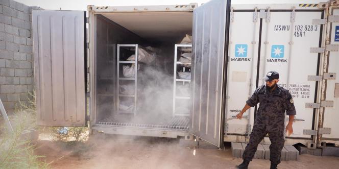 Dans la cour du centre d'investigation criminelle de Misrata, en juillet 2017, environ 700 corps de djihadistes de l'organisation Etat Islamique, morts à Syrte en 2016, sont répertoriés puis conservés dans des conteneurs réfrigérés.