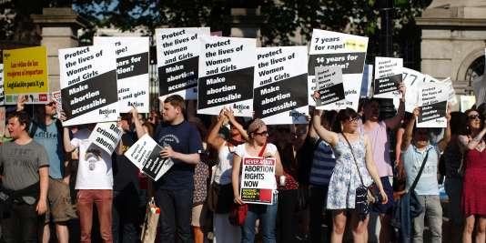 Les partisans du droit à l'avortement défilent à Dublin — Irlande
