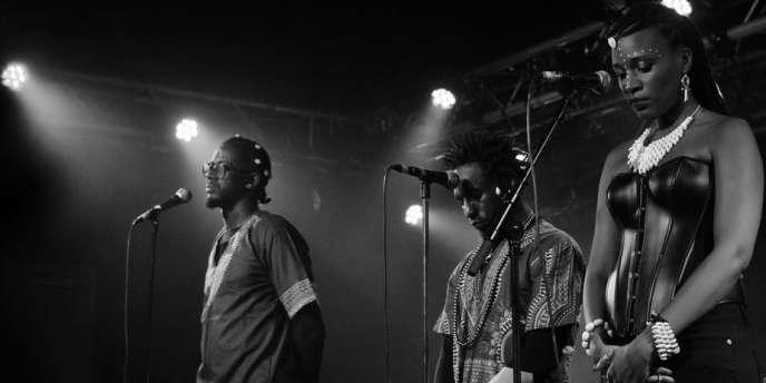 Le duo Movaizhaleine et Wendy lors d'un concert à la Boule Noire à Paris, exécutent une minute de silence en hommage aux disparus, février 2017.
