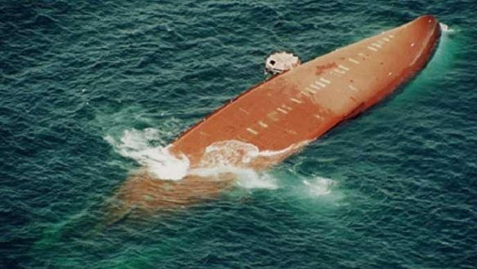 Le «Joola» faisait la liaison entre Dakar et Ziguinchor. Le 26 septembre 2002, il fait naufrage pour cause de surcharge et plus de 2000 personnes meurent ou sont portées disparues.