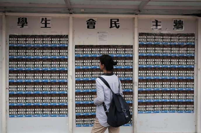Depuis la rentrée de septembre, l'apparitiond'affiches sécessionnistes dans plusieurs universitéshongkongaises exacerbeles tensions.