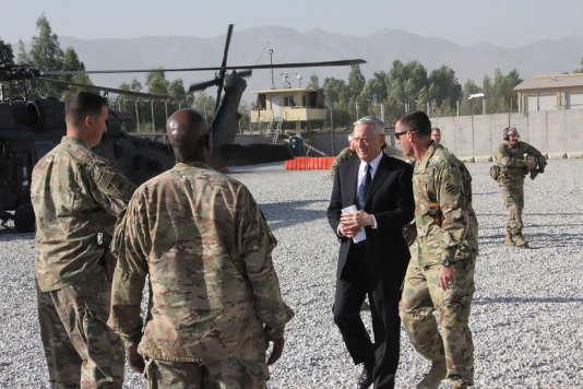 Le chef du Pentagone, Jim Mattis, arrive à Kaboul, le 27 septembre.
