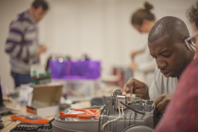 On répare les smartphones dans certains «repair cafés», ainsi que beaucoup d'autres appareils électriques, comme les aspirateurs.
