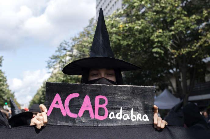 A Paris, lors de la manifestation contre la réforme du code du travail, le 12 septembre. L'acronyme ACAB (« All cops are bastards », « Tous les flics sont des bâtards ») est ici détourné en « All capitalists are bastards ».