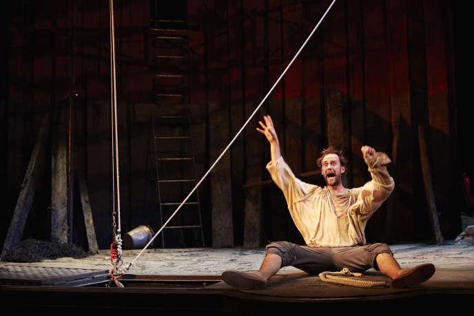Benjamin Lavernhe incarne un Scapin sobre et virtuose dans la pièce de Molière, mise en scène par Denis Podalydès, à la Comédie-Française.