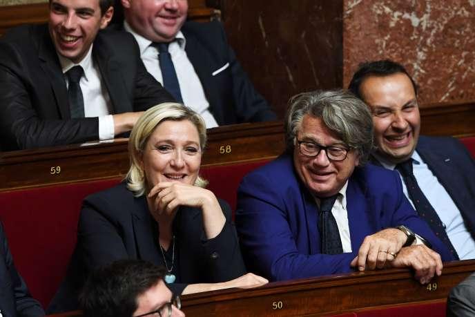 Des membres du Front national dans l'hémicycle de l'Assemblée nationale, dont Marine Le Pen à gauche, le 12 juillet 2017.