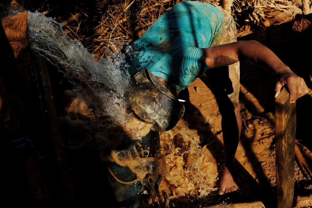 Un mineur verse de l'eau avec du mercure pour extraire l'or,près de Crepurizao dans l'Etat de Para au Brésil, le 5 août 2017.