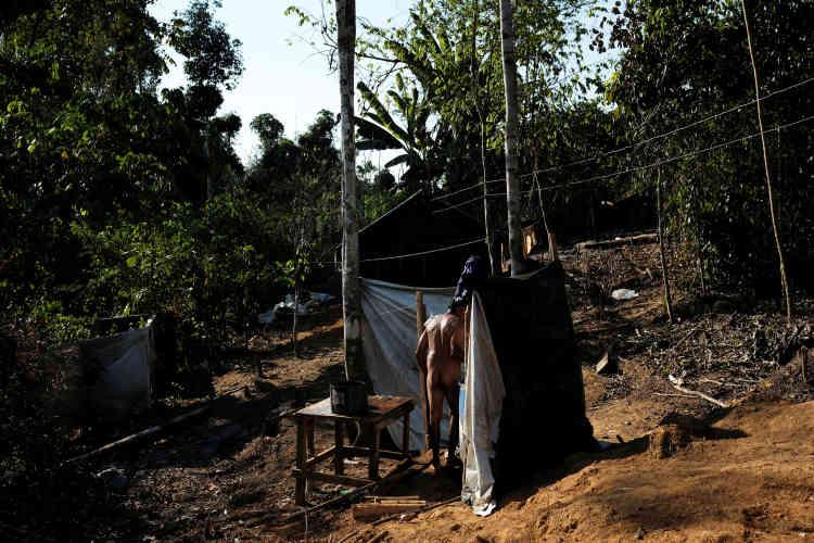 Un mineur se douche dans le village d'une mine sauvageprès de Crepurizao dans l'Etat de Para au Brésil, le 2 août 2017.